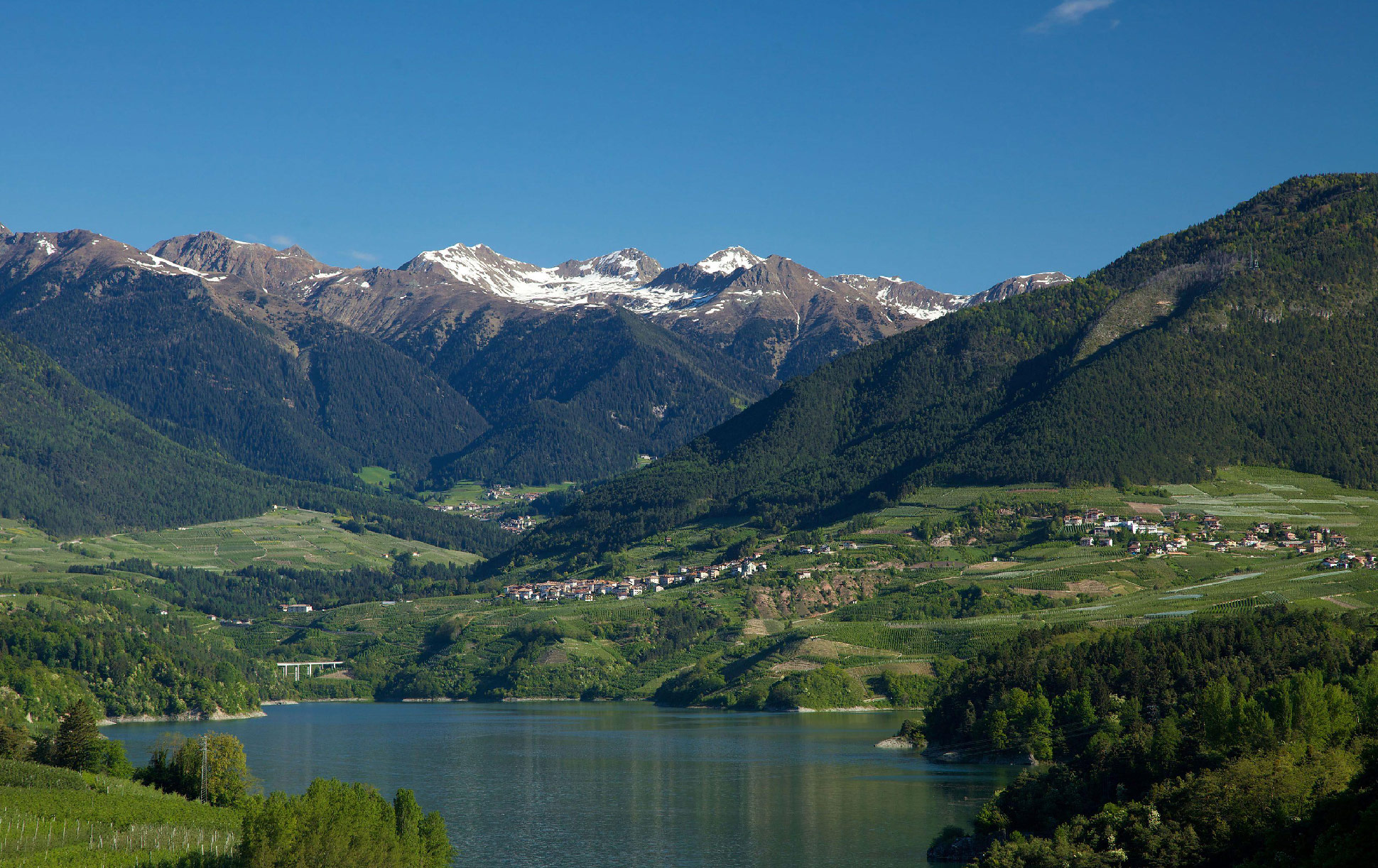 Val di Non - Anaunia - Lago di Santa Giustina - Sullo sfondo la catena montuosa dell Maddalene